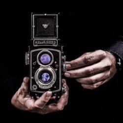 kamera w dłoniach