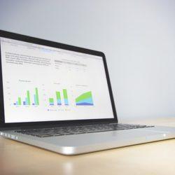 Ekran laptopa z wykresami
