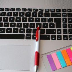 Skróty klawiszowe Excel - klawiatura i karteczki