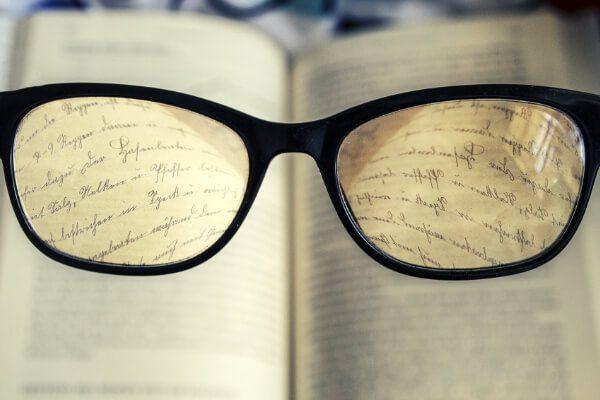 Książka widoczna przez okulary - fragment tekstu