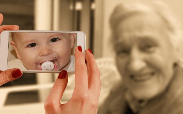 Dziecko i starsza kobieta.