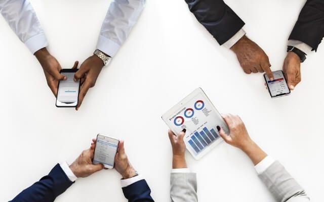 Ludzie trzymający telefony i tablety - wykres interaktywny