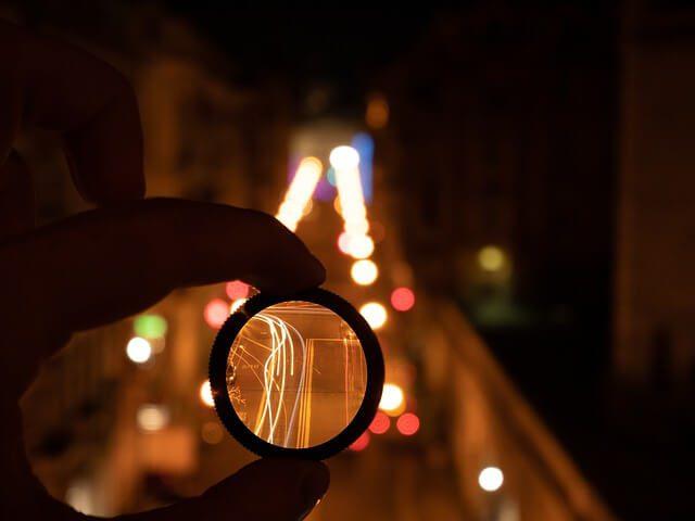 Filtrowanie światła przez soczewkę