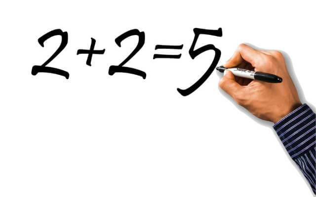 Podstawowe funkcje matematyczne w Excelu. Ręka pisząca na tablicy.