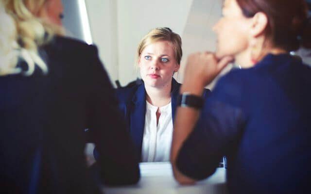 Rozmowa kwalifikacyjna - test z Excela. Kobiety w trakcie rozmowy.