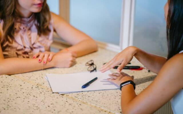 Dwie kobiety w trakcie rozmowy kwalifikacyjnej. . Test z Excela.