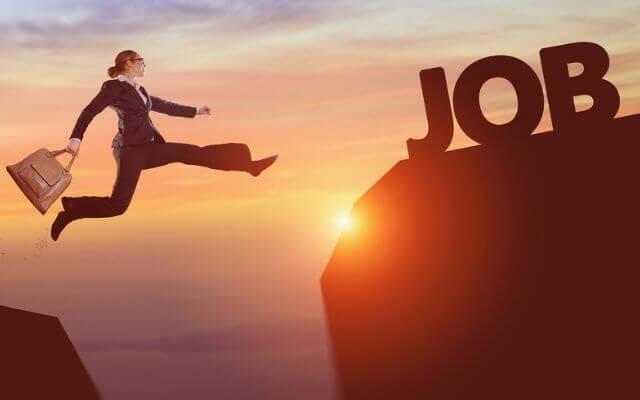 Kobieta skacząca na tel zachodzącego słońca. Rozmowa kwalifikacyjna do nowej pracy. Test z Excela.