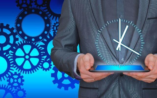Power Query - jak zyskać masę czasu. Mężczyzna trzymający zegar.