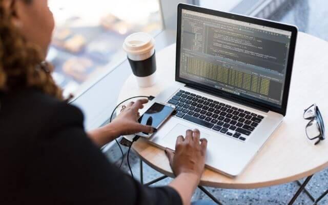 Podstawy VBA. Kobieta pisząca kod na laptopie.